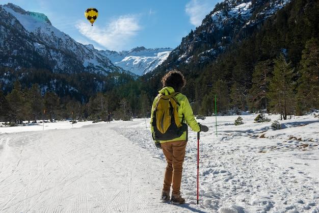 Śnieżny krajobraz z balonem na gorące powietrze we francuskich górach pirenejów