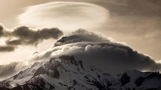 Śnieżny szczyt góry kazbek wieczorem