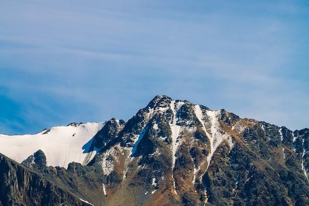 Śnieżny szczyt w błękitne niebo jasne.