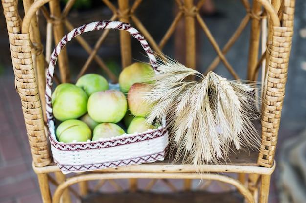 Snop pszenicy, zielone jabłka