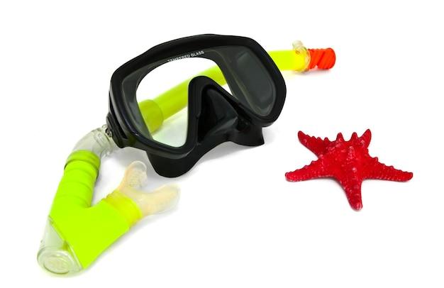 Snorkel i maska do nurkowania na białym tle