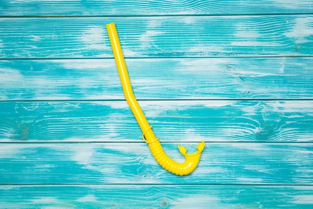 Snorkel na drewnianej podłodze