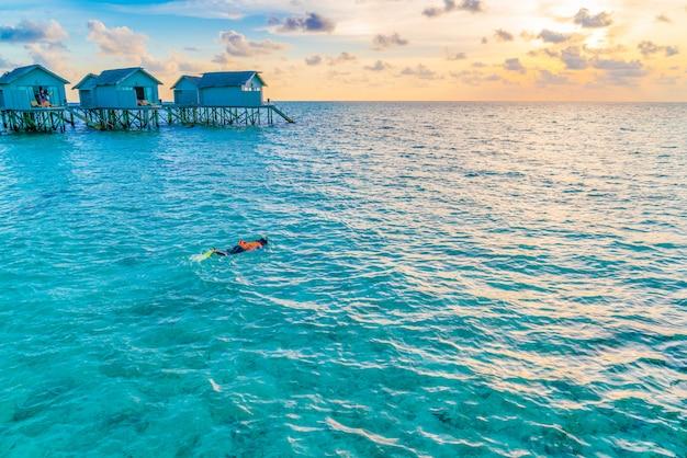 Snorkeling na tropikalnej wyspie malediwy.