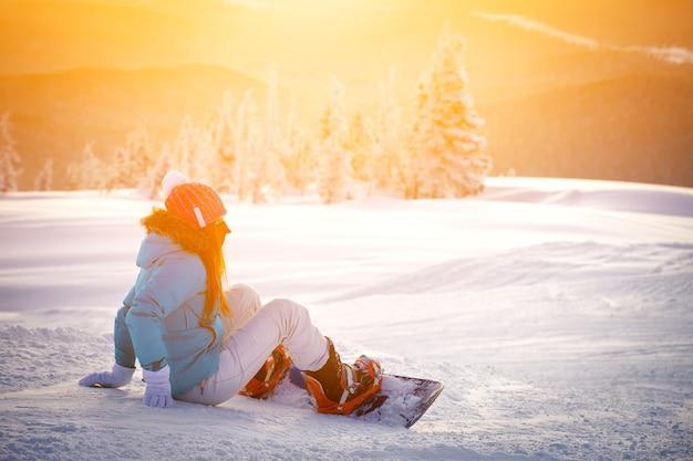 Snowboardowa dziewczyna w górach