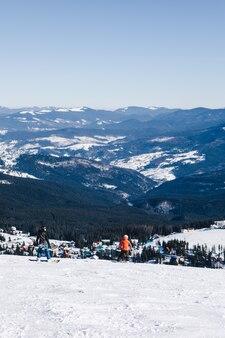 Snowboardzista człowiek na szczycie stoku. piękne zimowe góry. ferie zimowe. miejsce na kopię. sport ekstremalny