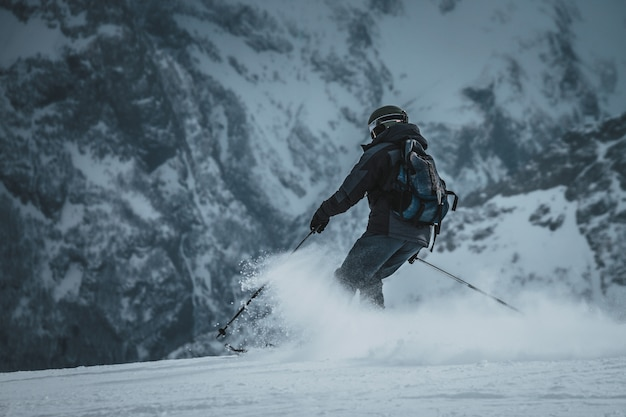 Snowboardzista jeździ na stoku. ośrodek narciarski.