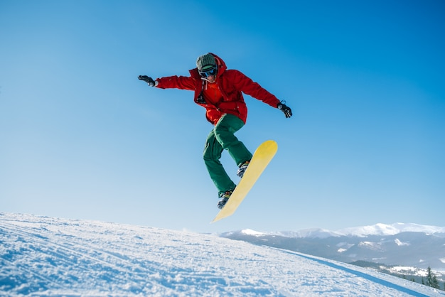 Snowboardzista wykonuje skok na zboczu prędkości