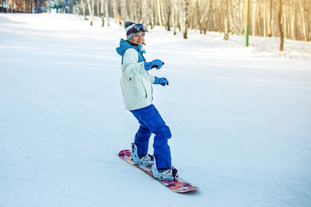 Snowboardzistka snowboarding w dół góry