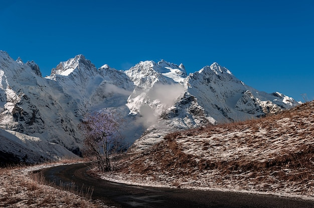 Snowy góry krajobraz villar-d'arene we francji na błękitnym niebie