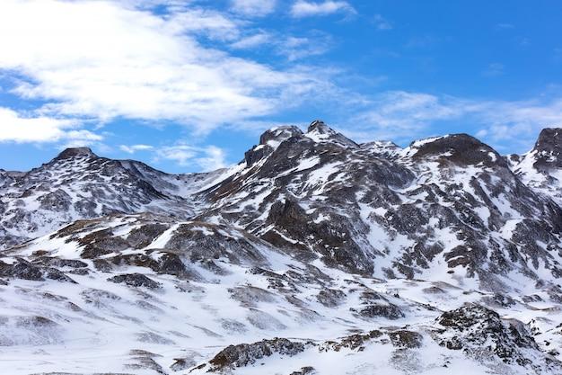 Snowy górzysty krajobraz