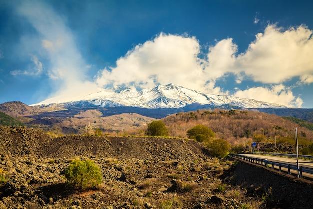 Snowy wulkan palenia etna