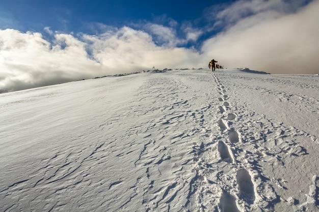 Snowy wzgórze z odciskami stóp