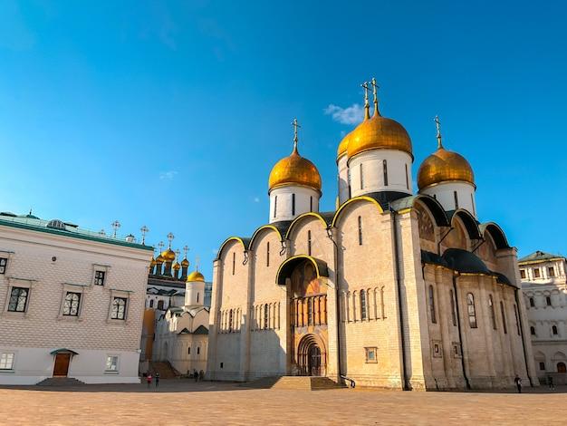 Sobór zaśnięcia lub wniebowzięcia nmp na placu katedralnym kremla.