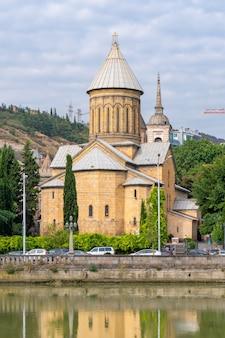 Sobór zaśnięcia matki bożej sioni jest gruzińską katedrą prawosławną w tbilisi w gruzji. religia
