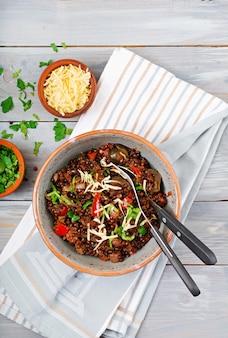 Soczewica czarna z warzywami. wielkopostne menu. wegańskie jedzenie. widok z góry