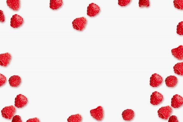 Soczysta dojrzała czerwona malinowa jagody rama na różowym tle z miejscem dla teksta
