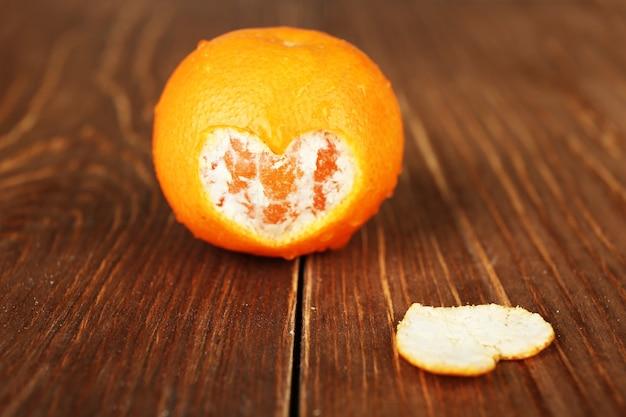Soczysta dojrzała mandarynka na drewnianym stole