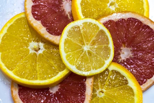Soczysta pomarańcza i grejpfrut pierścień zbliżenie jako tło
