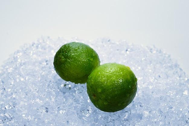 Soczysta świeża limonka i mięta na kostkach lodu.