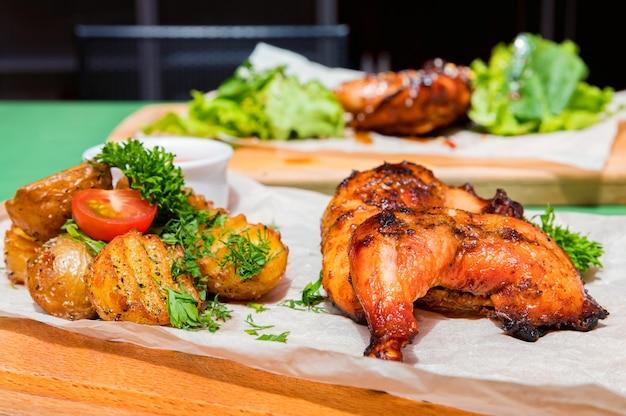 Soczyste ćwiartki kurczaka bbq ze smażonymi ziemniakami