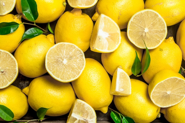 Soczyste cytryny z liśćmi. widok z góry