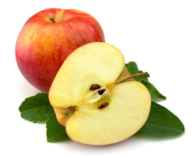 Soczyste czerwone jabłka z liśćmi na białym