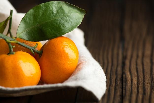 Soczyste dojrzałe mandarynki na drewnianym stole