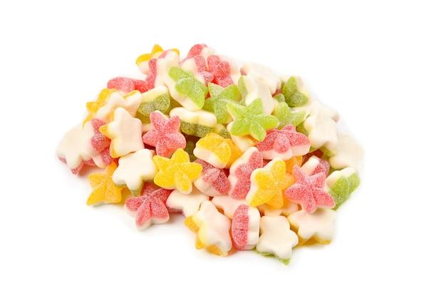 Soczyste galaretki kolorowe gwiazdki słodycze na białym tle. gumowate cukierki.