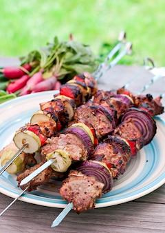 Soczyste kebaby i grillowane warzywa