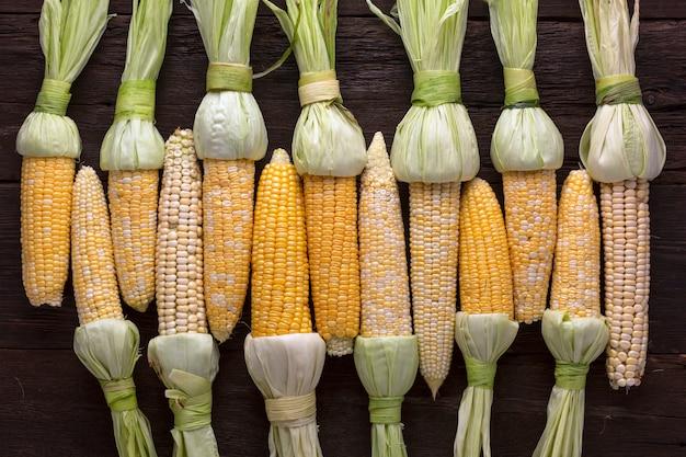 Soczyste kłosy kukurydzy obrane do pieczenia