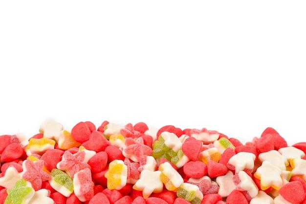 Soczyste kolorowe galaretki cukierki na białym tle. gumowate cukierki. .