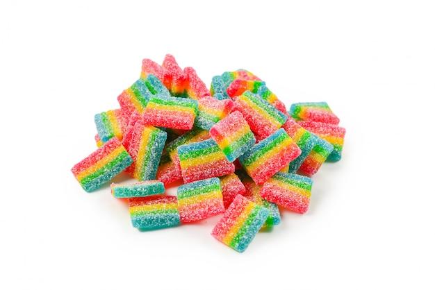 Soczyste kolorowe galaretki słodycze na białym tle. gumowate cukierki. .