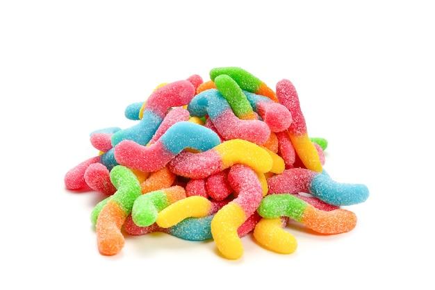 Soczyste kolorowe galaretki słodycze na białym tle.