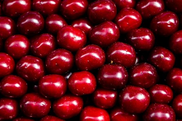 Soczyste kolorowe owoce na liczniku gospodarstwa rynku czerwonej wiśni