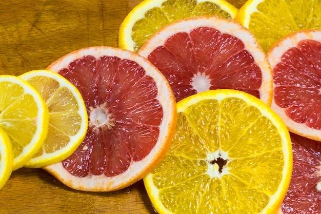 Soczyste krążki pomarańczy i grejpfruta na drewnianej desce