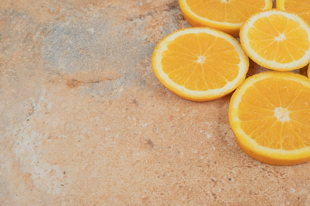 Soczyste plastry pomarańczy na tle marmuru.