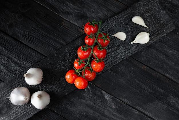 Soczyste pomidory koktajlowe i czosnek