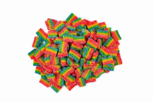 Soczyste słodycze galaretki kolorowe na białym tle. gumowate cukierki.