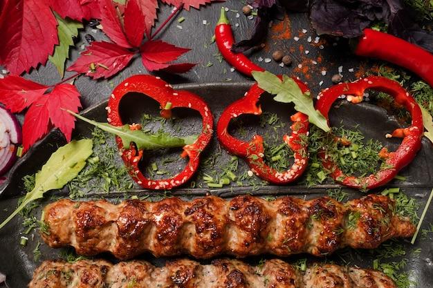 Soczyste smażone mięso kuchnia gruzińska