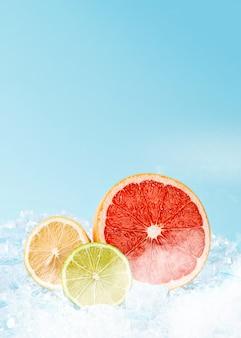 Soczyste świeże owoce na lodzie. koncepcja chłodnych napojów w letnim upale