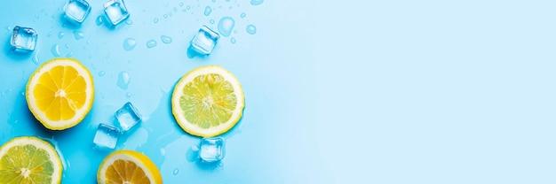 Soczyste świeże plasterki cytryny i kostki lodu na niebiesko
