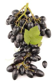 Soczyste winogrona na białym tle