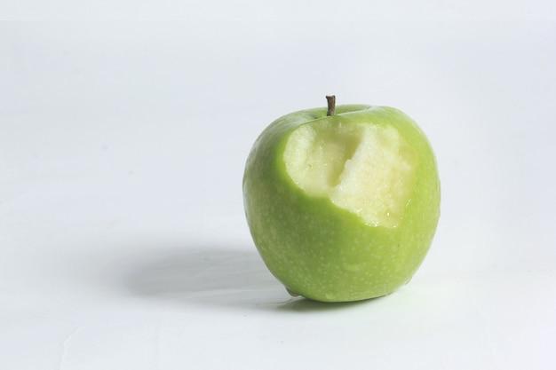 Soczyste zielone jabłka i ślady po ugryzieniach.