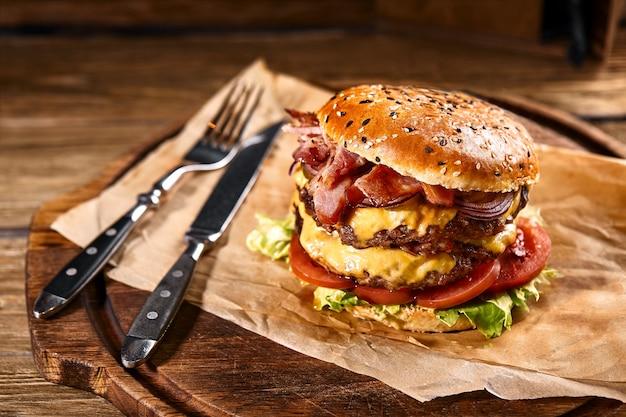 Soczysty amerykański burger z dwoma pasztecikami wołowymi i sosem