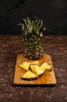 Soczysty ananasowy posmak na brązowym drewnianym biurku i rustykalny