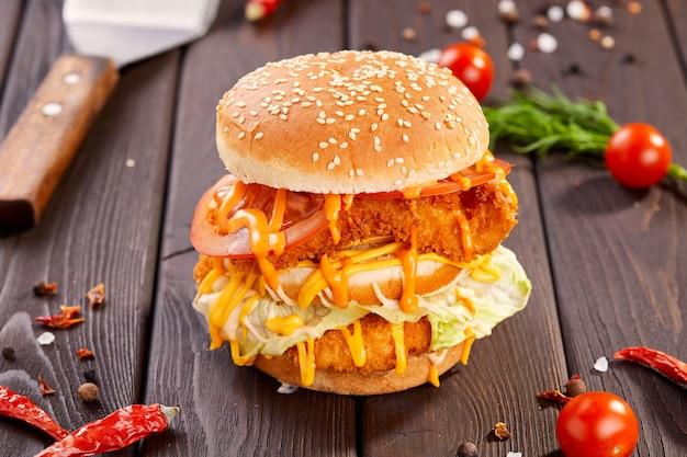 Soczysty domowy burger podany z chrupiącymi frytkami.