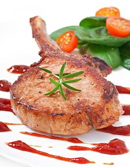 Soczysty grillowany stek wieprzowy z zieloną fasolką