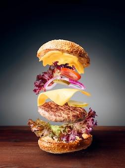 Soczysty i świeży klasyczny burger z dużym kotletem wołowym
