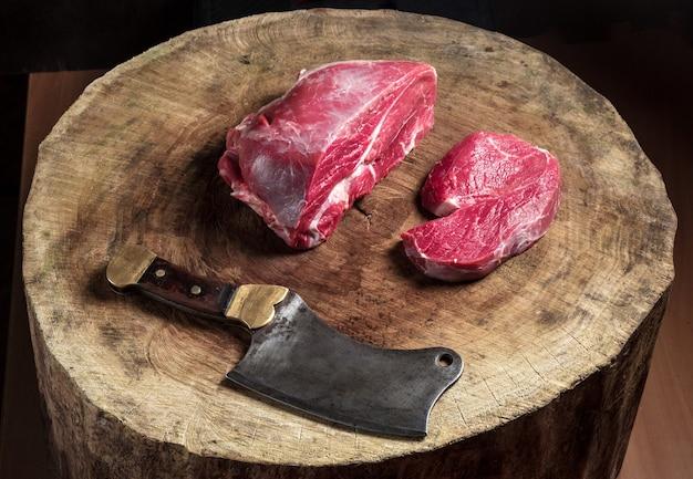 Soczysty surowy stek wołowy na drewnianym stole