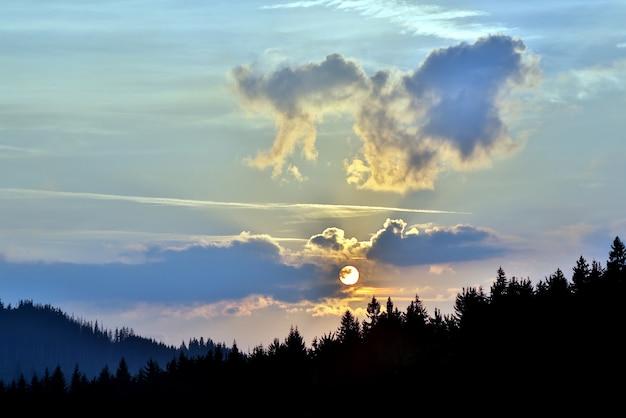Soczysty wschód słońca w górskich lasach